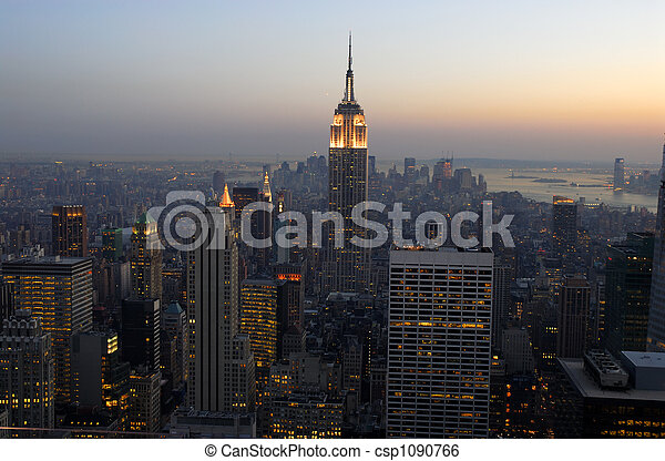 Una vista aérea sobre Manhattan al atardecer, Nueva York - csp1090766