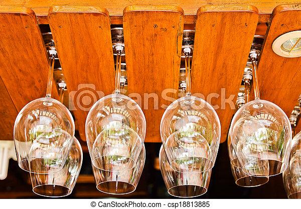 Colgando copas de vino en un bar - csp18813885