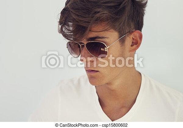 Un apuesto hombre de concentración con gafas - csp15800602