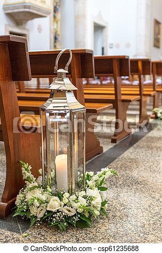 La decoración de la boda en la iglesia antes de la ceremonia. - csp61235688