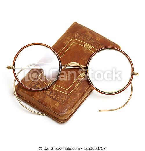 antieke , bril, boek - csp8653757