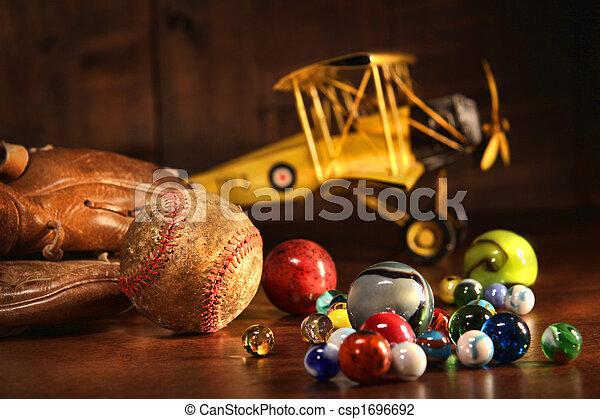 Viejo béisbol y guante con juguetes antiguos - csp1696692