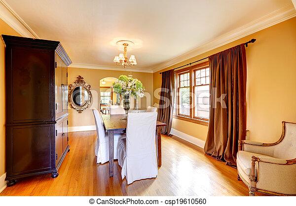 Elegante comedor con muebles antiguos - csp19610560