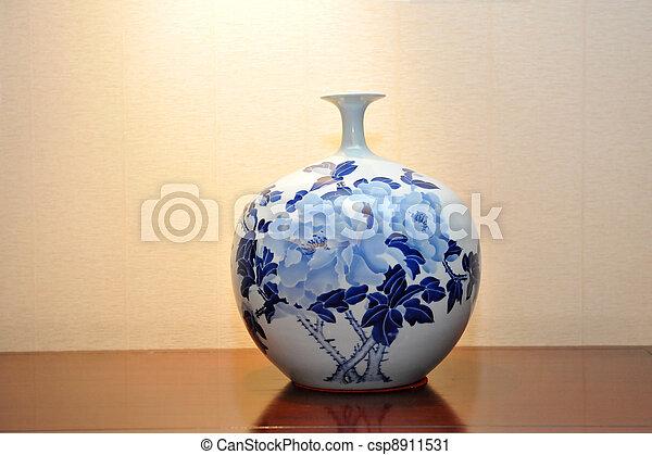 Un jarrón antiguo chino - csp8911531