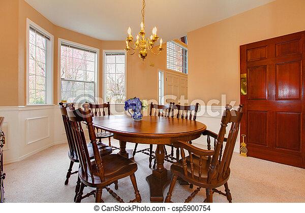 Un comedor elegante y cremoso con muebles antiguos - csp5900754
