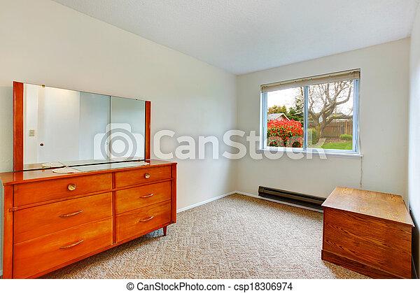 Una habitación vacía con cofre antiguo y gabinete - csp18306974