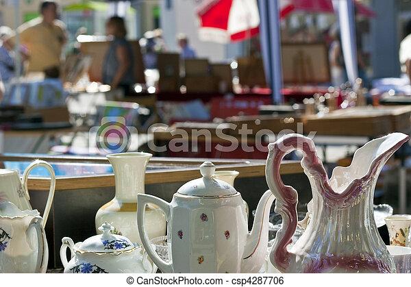 Porcelana en el mercado antiguo - csp4287706
