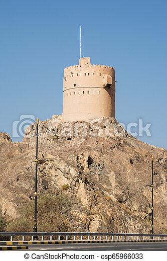 Una antigua torre en la cima de una colina rocosa en Oman - csp65966033