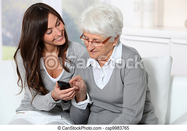 använda, kvinna, hur, mobil, visande, ung, farmor, ringa - csp9983765