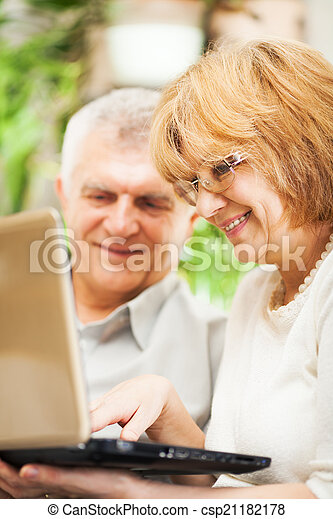 användande, äldre koppla, laptop - csp21182178