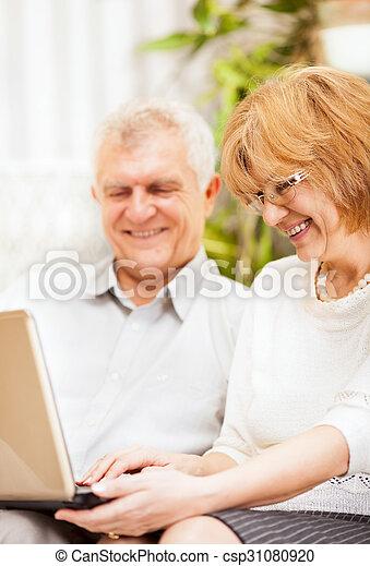 användande, äldre koppla, laptop - csp31080920