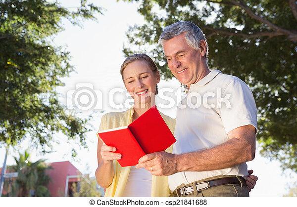 användande, par, senior, resehandbok, lycklig - csp21841688