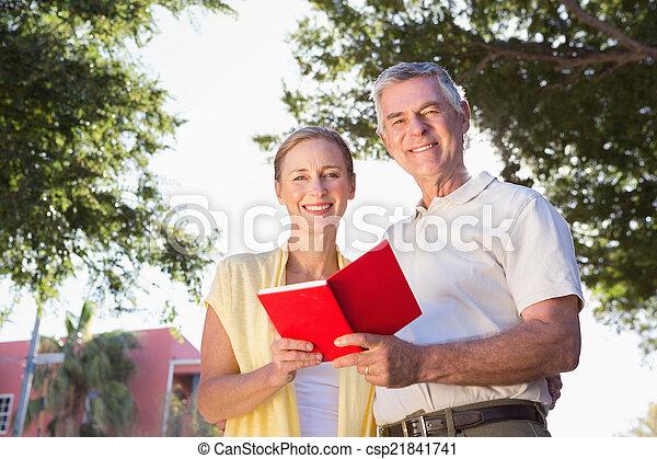 användande, par, senior, resehandbok, lycklig - csp21841741