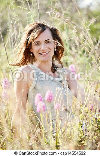 ao ar livre, mulher, morena, adulto, verão, sorrindo - csp14554532