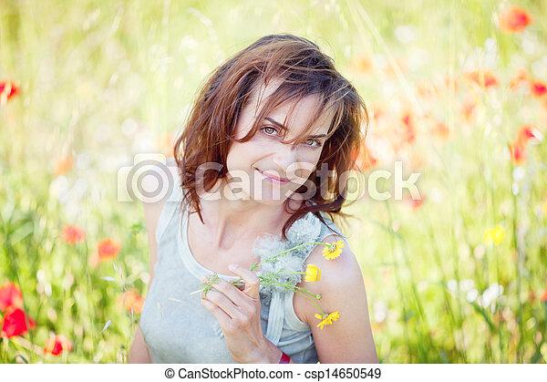 ao ar livre, mulher, morena, adulto, verão, sorrindo - csp14650549