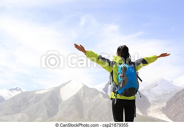 aplausos, mujer, brazos abiertos, excursionismo - csp21879355