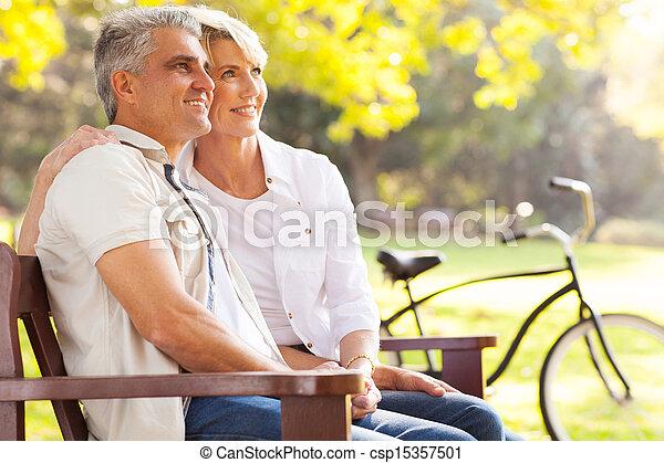 aposentadoria, par, meio, elegante, ao ar livre, daydreaming, idade - csp15357501
