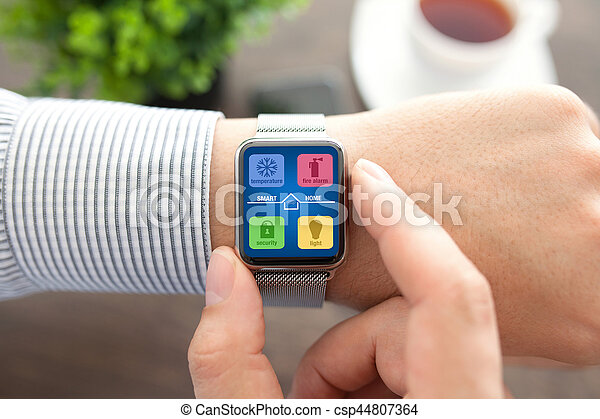 Hombre manos con la aplicación de vigilancia inteligente casa en la pantalla - csp44807364