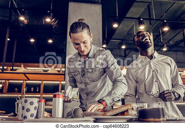 après, jeune, dîner, nettoyage, table, content, homme - csp64608223