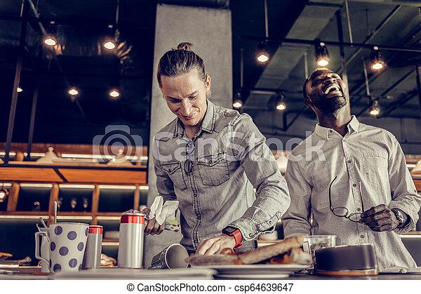 après, jeune, dîner, nettoyage, table, content, homme - csp64639647