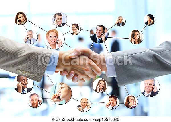 La gente de negocios se comunica con el equipo de la compañía en el fondo - csp15515620