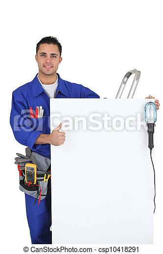 El joven electricista con paneles haciendo buenas señales - csp10418291