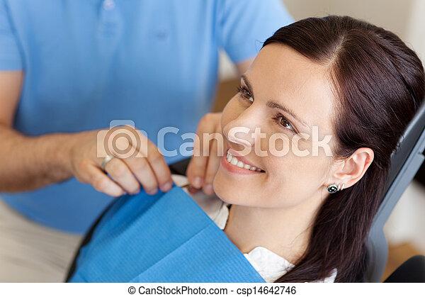 apron, patiënt, aanpassen, tandarts, behandeling, vrouwlijk, voor - csp14642746