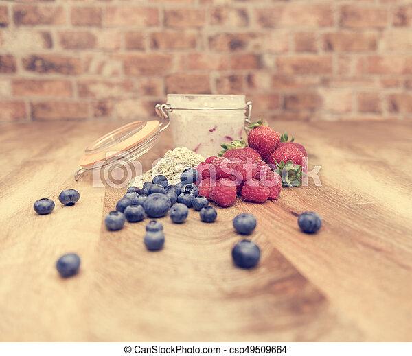 Desayuno saludable, avena nocturna, fresas frescas, frambuesas y arándanos - csp49509664