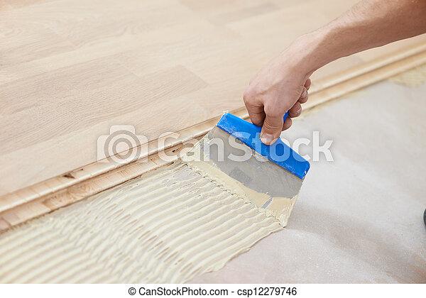Fußboden Weiß Laugen ~ Arbeit gluing parkettboden. hinzufügen nahaufnahme fussboden