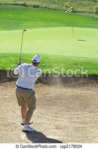 Golfista en el búnker de arena - csp2179024