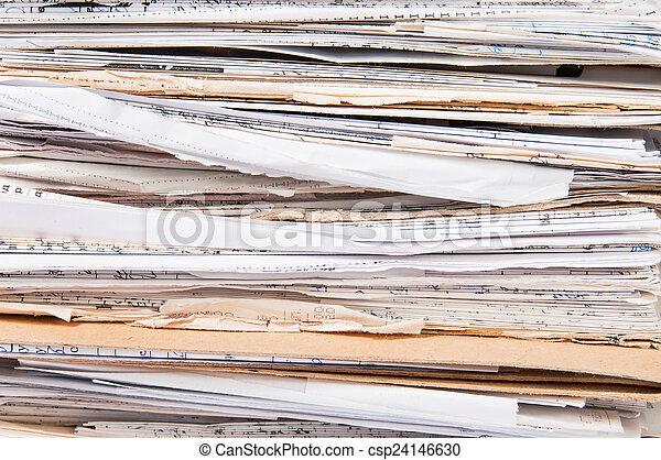 Vista lateral de la vieja pila de archivos caóticos - csp24146630