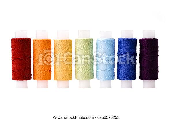 Hilos multicolores arreglados en línea como arco iris - csp6575253