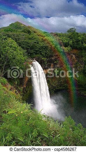 Una cascada en Kauai Hawaii con arco iris - csp4586267