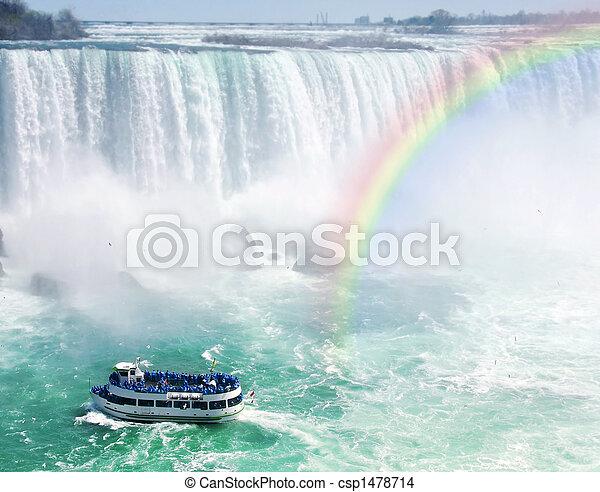Rainbow y un barco turístico en las Cataratas del Niágara - csp1478714