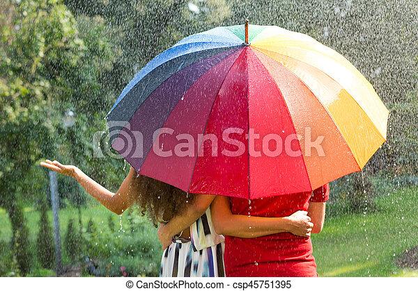 Pareja bajo paraguas arcoíris - csp45751395