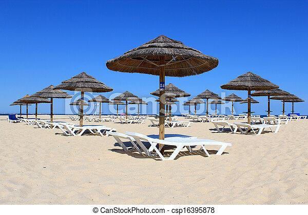 Parasol y sol en la playa, Algarve. - csp16395878