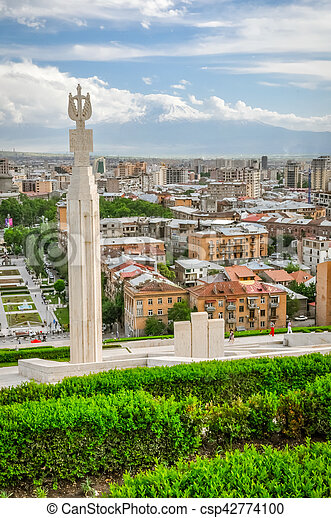Hauptstadt Von Armenien Foto Von Einem Grossen Denkmal Umgeben Von Grun Und Gebauden Der Hauptstadt Yerevan In Armenien