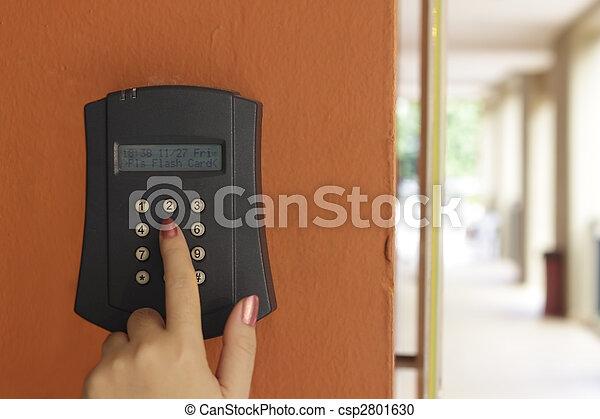 Una mano femenina armando una alarma antirrobos - csp2801630