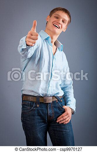 Retrato de un joven mostrando pulgares arriba - csp9970127