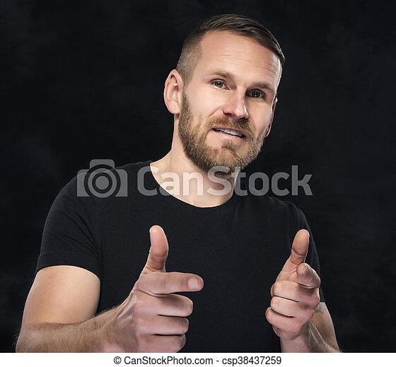 Hombre mostrando un pulgar arriba. - csp38437259