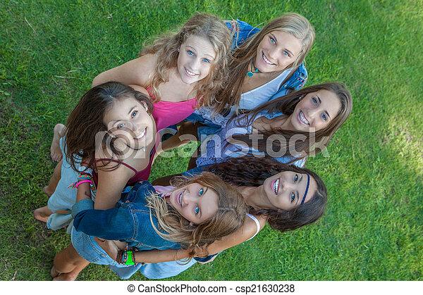 Grupo de estudiantes felices mirando hacia arriba - csp21630238