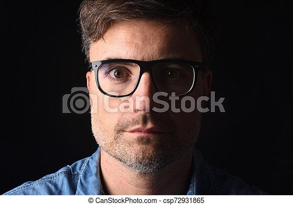 Retrato de un hombre de fondo negro - csp72931865