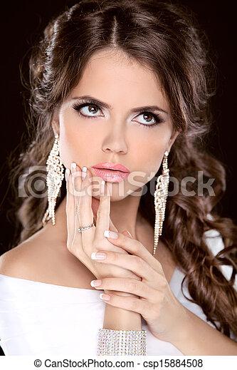 La chica de la moda de belleza morena modelo de retrato. Maquillaje. Estilo de pelo. Joyas. Foto de estudio - csp15884508