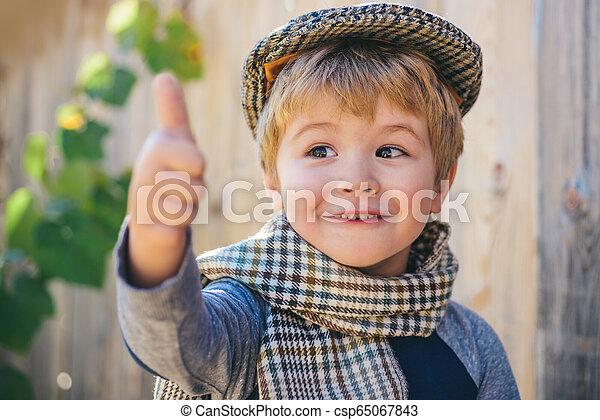 Pulgares arriba. Retrato de niño feliz mostrando los pulgares hacia arriba gesto. Estilo antiguo. Un caballero con emociones felices. - csp65067843