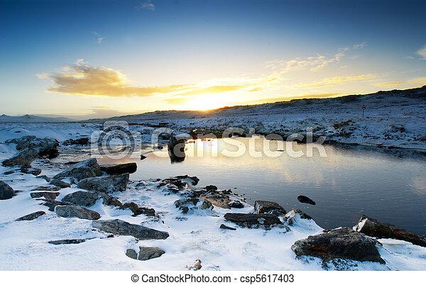 Un tranquilo arroyo de invierno - csp5617403