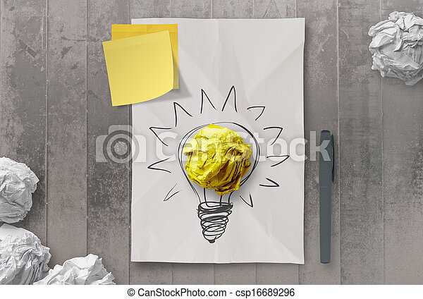 Una nota pegajosa con otra bombilla en papel arrugado como concepto creativo - csp16689296