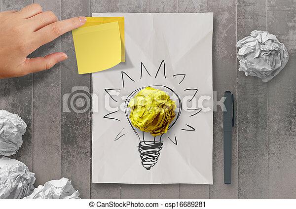 Una nota pegajosa con otra bombilla en papel arrugado como concepto creativo - csp16689281
