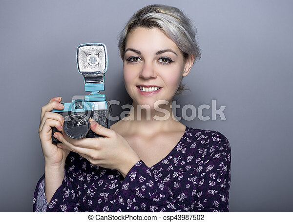 Estudiante de arte hipster con cámara de plástico retro - csp43987502