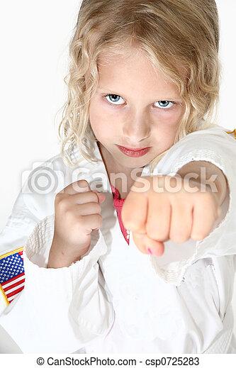 Chica rubia de seis años haciendo artes marciales - csp0725283
