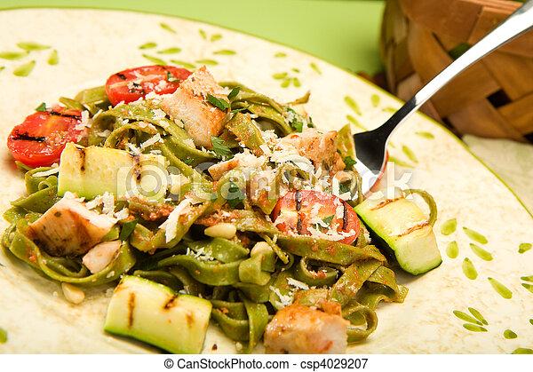 Espinacas fettucini con pollo y verduras a la parrilla - csp4029207